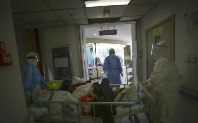 一位自稱「一線醫師」發文稱,新冠病毒肺炎患者死前有如「逐漸窒息」一般超痛苦,「像淹死一樣」。(美聯社)