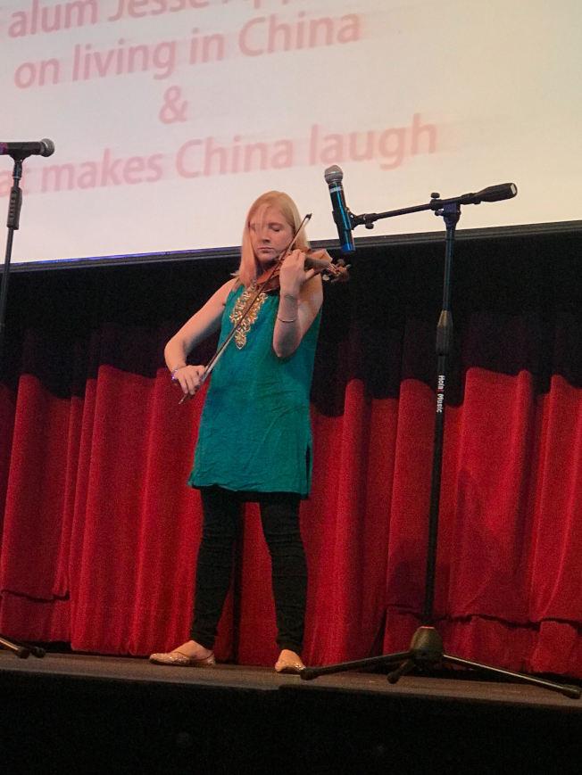朱莉婭演奏小提琴助陣艾傑西「為武漢加油」的脫口秀義演。(朱偉憶/摄影)