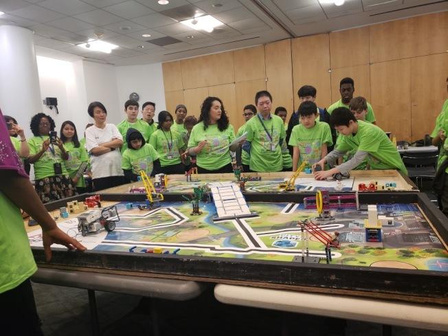 參賽學生們展示機器人。(曾陽提供)