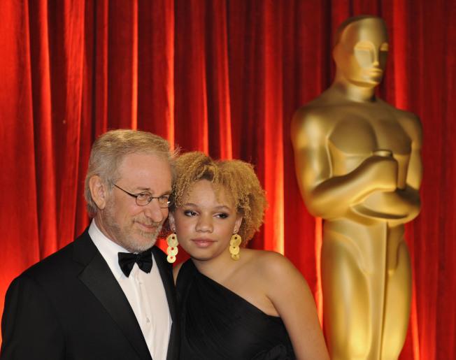 大導演史匹柏(左)的女兒米卡拉投身色情電影,圖為史匹柏父女同出席奧斯卡頒獎典禮的資料照。(美聯社)