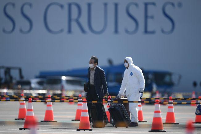 爆發新冠病毒的郵輪「鑽石公主號」結束隔離,乘客獲准下船。(Getty Images)