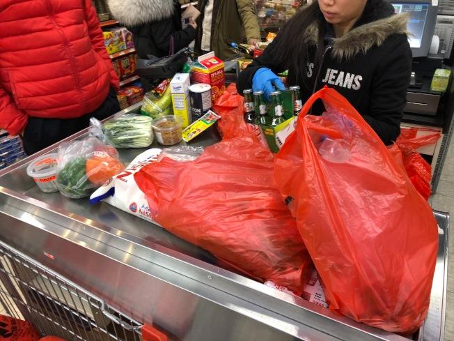 州環保廳日前表示,許多零售商並未準備好向顧客提供紙袋,擬允業者先繼續使用塑膠袋存貨。(記者洪群超/攝影)