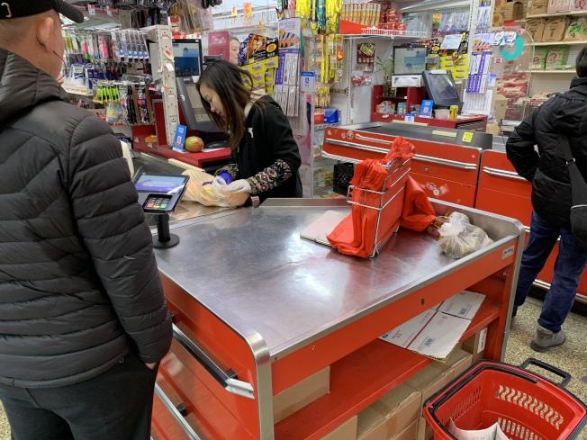 州環保廳日前表示,許多零售商並未準備好向顧客提供紙袋。(記者和釗宇/攝影)