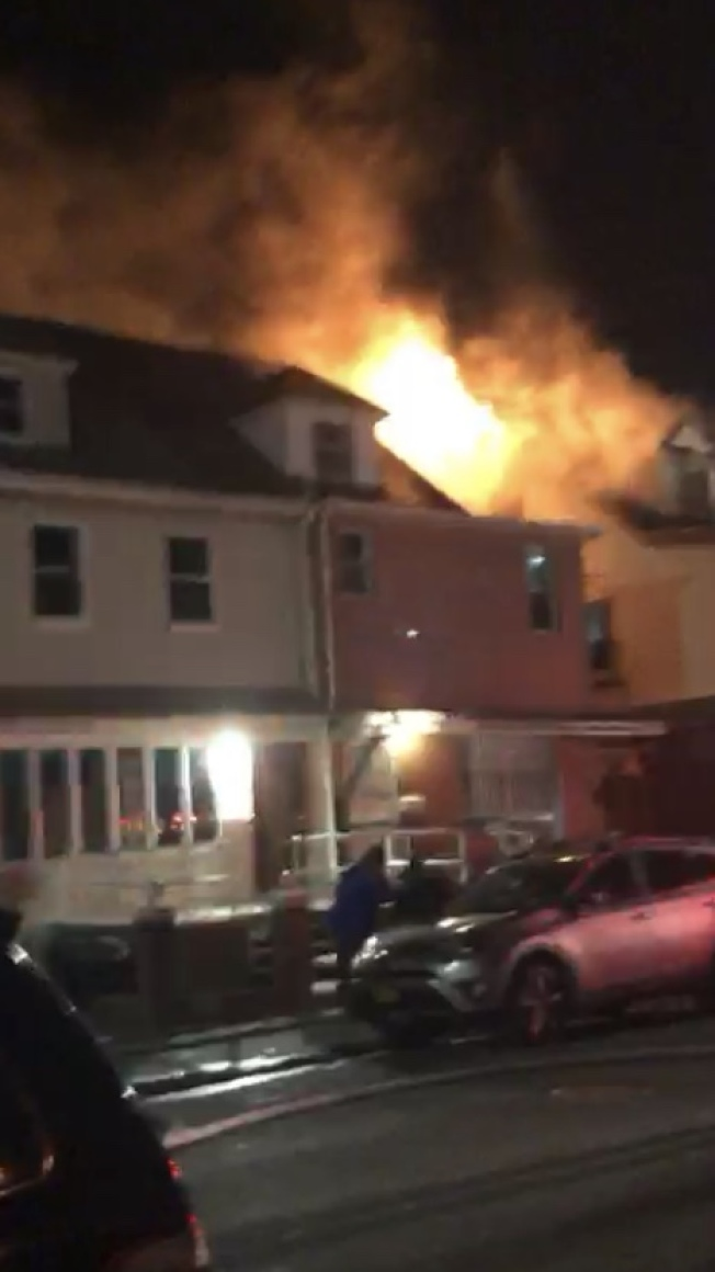布碌崙班森賀一間兩家庭住宅日前發生三級大火。(目擊者提供)