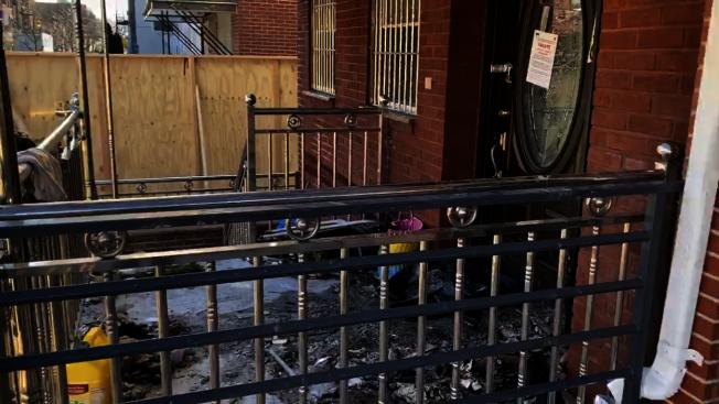 樓宇局在火災後封鎖該兩棟住家。(記者顏潔恩/攝影)