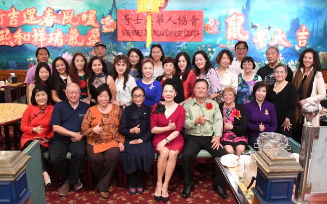 奇士美華協慶春節,與會來賓合影。(張小鋒/攝影)