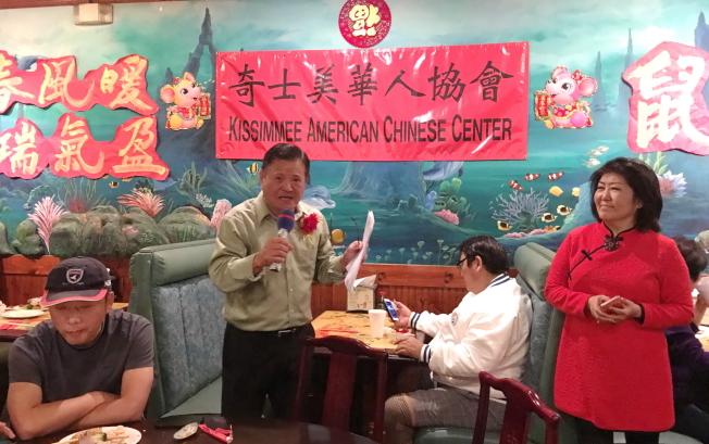 奇士美華協慶春節,99高爾夫俱樂部會長Fred Lin分享,右為徐美嬋。(記者陳文迪/攝影)