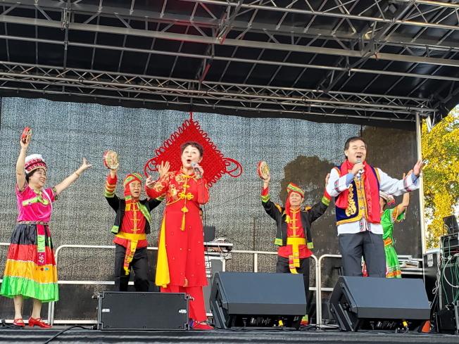 金鹿舞蹈團創辦人曹景露(左三)、南佛州華商總會會長張學峰(右一)、佛州和統會會長王雲福(左二)。(記者俞曉菁/攝影)