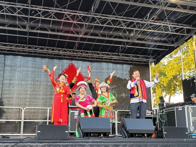 北邁阿密灘市與新成立中國城新春活動中,金鹿舞蹈團演出高山青山地歌舞,創辦人曹景露(前左一),南佛州華商總會會長張學峰(前右)領唱。(記者俞曉菁/攝影)。