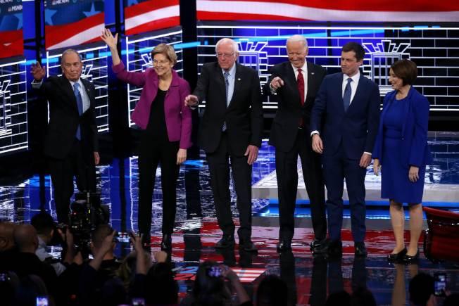美國民主黨19日的總統候選人辯論會共六人上場,前紐約市長彭博(左一)砸重金買廣告衝高民調取得空降參與權,但遭圍剿。(Getty Images)