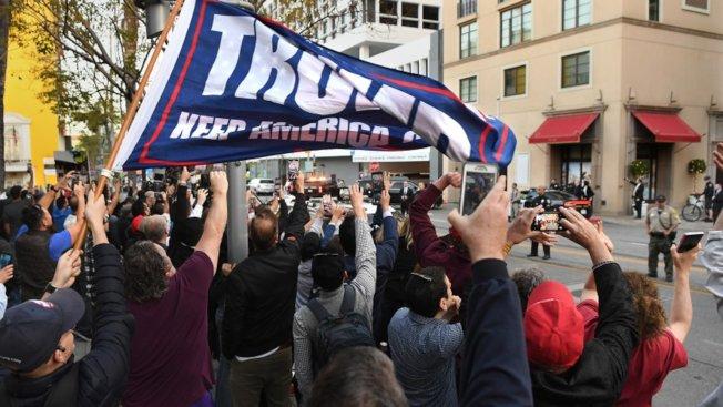 川普支持者與反對者,在18日於比佛利山川普籌款會場外聚集。(KTLA)