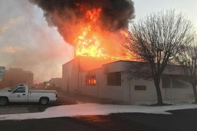聖荷昆谷(Joaquin Valley)波特維爾市(Porterville)的圖書館18日傍晚發生大火時的情況。(美聯社)
