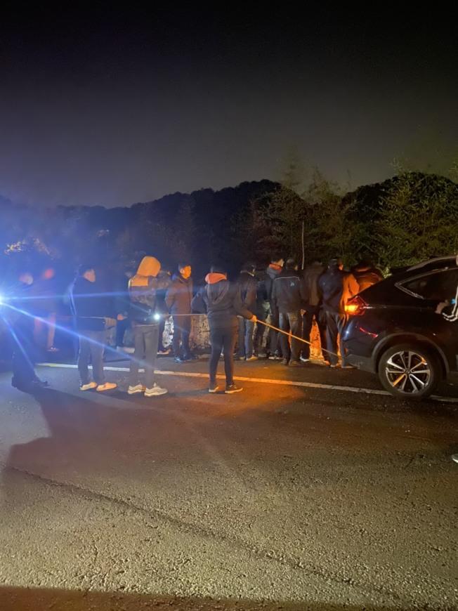 警方18日晚間帶林姓兇嫌到桃園山區尋屍,現場一片漆黑。(記者王駿杰/翻攝)
