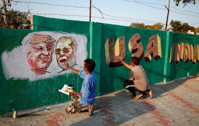 美國總統川普將訪問印度大城阿默達巴德,當地政府緊急蓋圍牆以「隔離」貧民窟。(路透)
