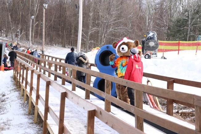 很多雪場都設傳送帶,省去拖輪胎的力氣。(取自Mount Peter臉書)