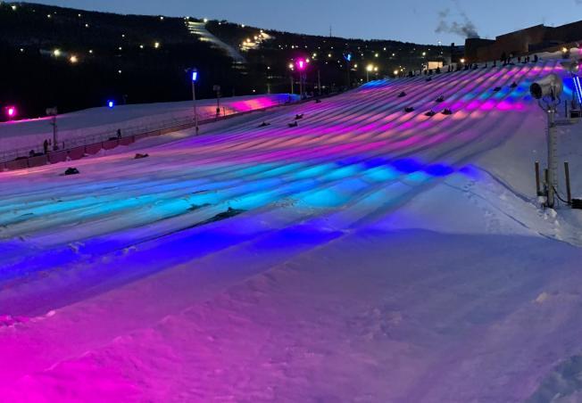 駝背山度假村的Galactic Tubing,夜間會打出美麗的LED燈光。(取自駝背山度假村臉書)