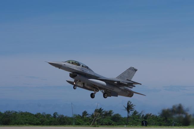 失事F-16戰機同型機。(本報資料照片)