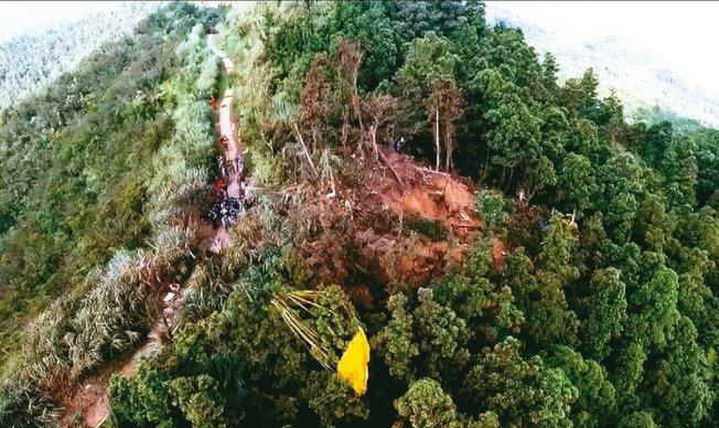 一架F-16戰機,前年墜毀在新北市五分山。(圖:新北市消防局提供)