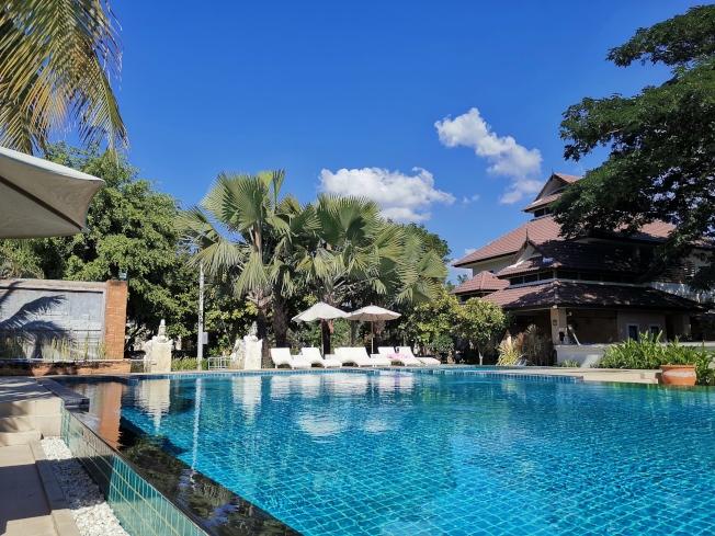 武漢的華人John在泰國租下別墅開民宿,很多客人來自中國。因疫情擴散,訂單取消超過一半。(John供圖)