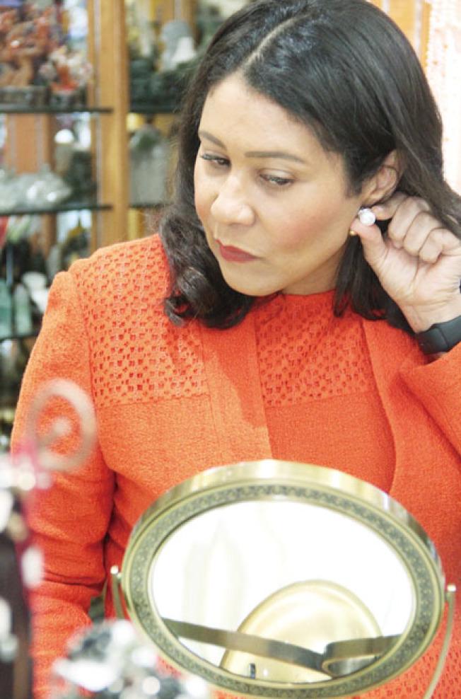 市長布里德購買珍珠首飾。(記者李晗/攝影)