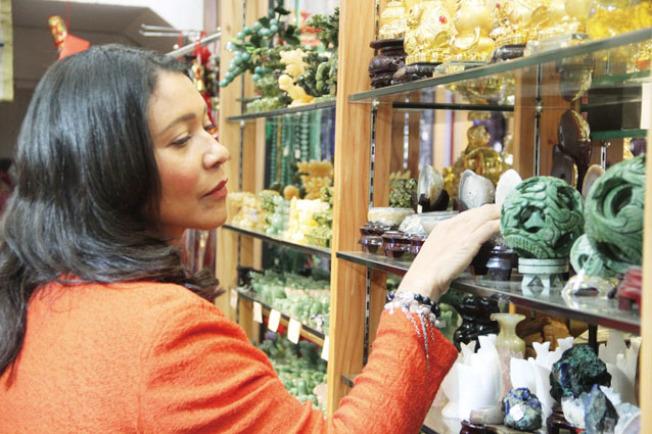 布里德現身華埠禮品店消費,呼籲大家支持華埠經濟。(記者李晗/攝影)