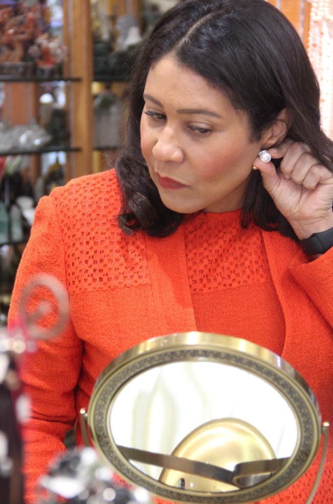 市長布里德購買珍珠首飾。(記者李晗 / 攝影)