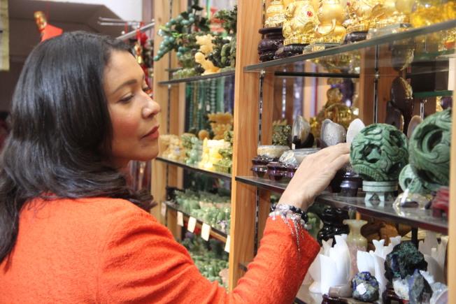 布里德現身華埠禮品店消費,呼籲大家支持華埠經濟。(記者李晗 / 攝影)