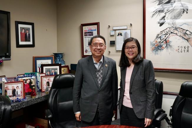 皇佳商業銀行總裁田詒鴻(左)與世界日報社長于趾琴,在裝裱過的世界日報相框前合影。(記者陳開/攝影)
