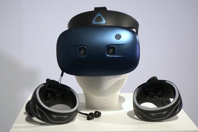 VIVE Cosmos Play主打入門玩家,同樣具備Inside-out追蹤技術,但不須架設基地台即可使用,耳機也換成入耳式設計。(記者黃筱晴/攝影)