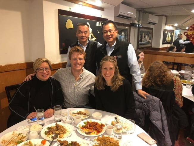 麻州眾議員喬.甘迺迪三世(前排左二)與夫人及職員到華埠就餐表達支持。(華埠主街提供)