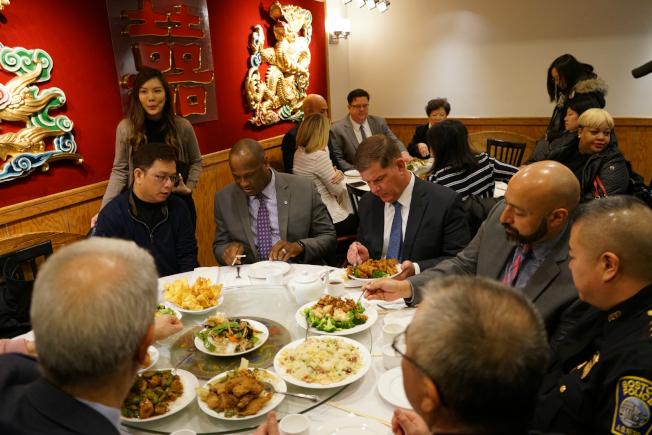 波士頓市長偉殊(右三)與眾多市府官員和機構代表到華埠就餐,支持本地生意。(記者劉晨懿之/攝影)