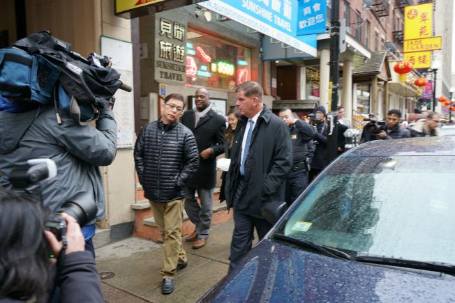 波士頓市長偉殊(右)在波士頓華埠商會主席陳文棟(左)陪同下前往華埠多個店面。(記者劉晨懿之/攝影)