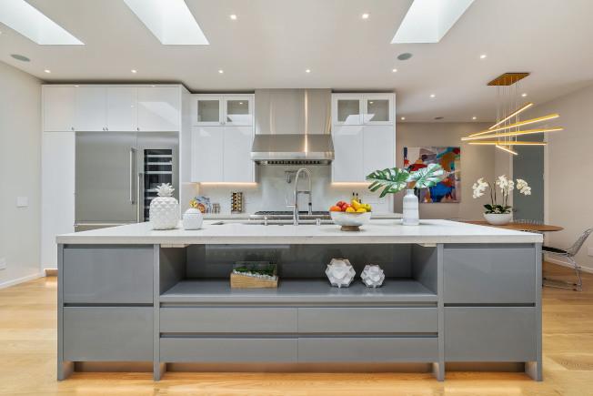 劍鋒建材公司提供大量高級裝修材料,是一間大型的,集櫥櫃、石材、地板總匯的專門店。