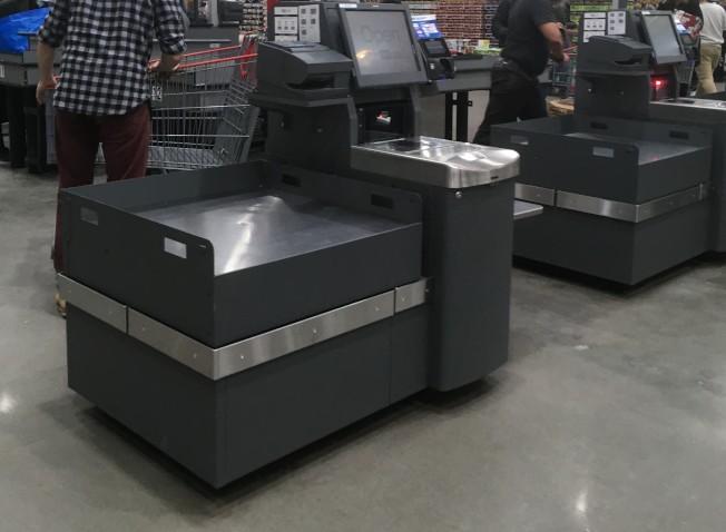 越來越多超市設立自動結帳櫃台取代人工收銀台,也因此讓歹徒有可乘之機。(記者陳曼玲/攝影)