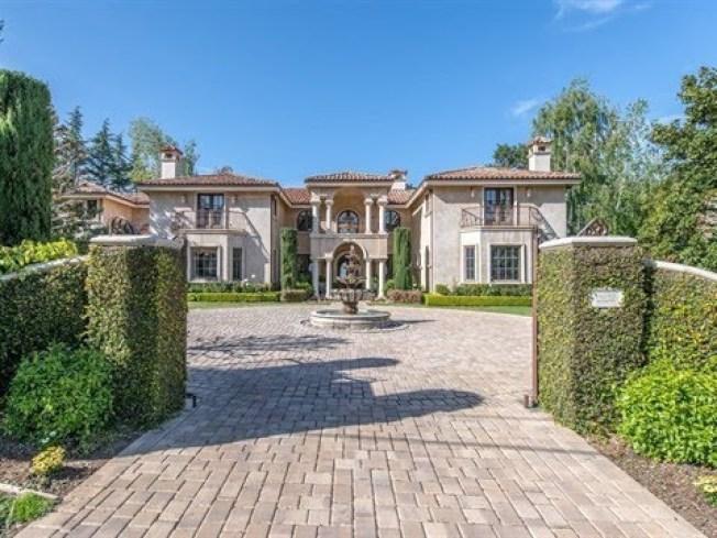加州矽谷郊區阿賽頓,家庭平均收入超過52萬5000元,連續第四年榮登彭博年度指數富豪榜第一名。圖為阿賽頓的豪宅。(取自YouTube)