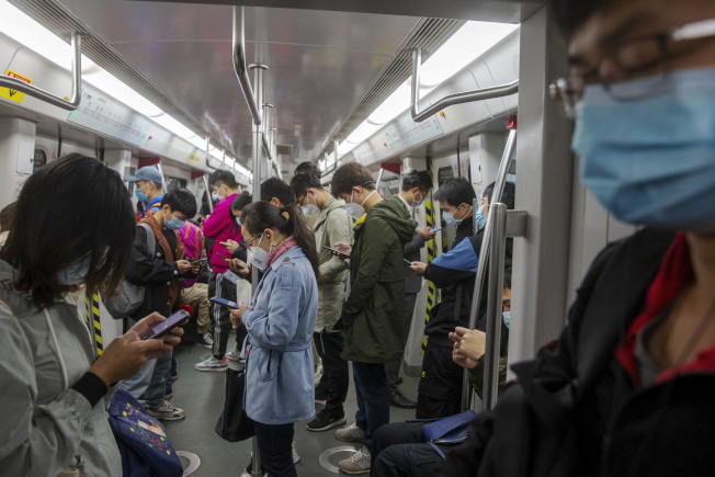 廣州地鐵上,許多民眾戴著口罩。(美聯社)