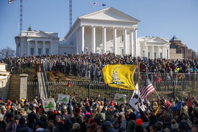 維吉尼亞州有一條歷時200多年的州法,禁止在公共場合罵髒話。圖為維州居民在州議會前集會。(歐新社)