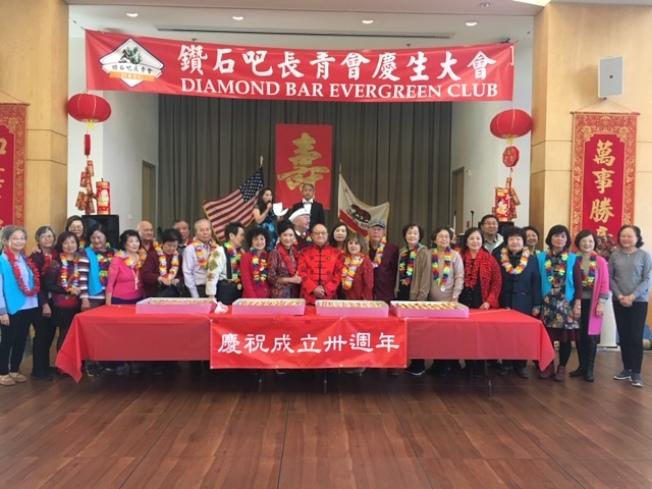鑽石吧長青會日前歡度新年、慶祝創會30周年,並為數十位年長者慶生,三喜共慶喜洋洋。(記者楊青╱攝影)