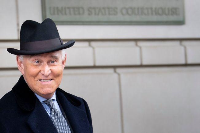 川普親信史東被控向國會說謊等多項罪名,被判刑40個月。圖為史東20日離開華府聯邦法院。(Getty Images)