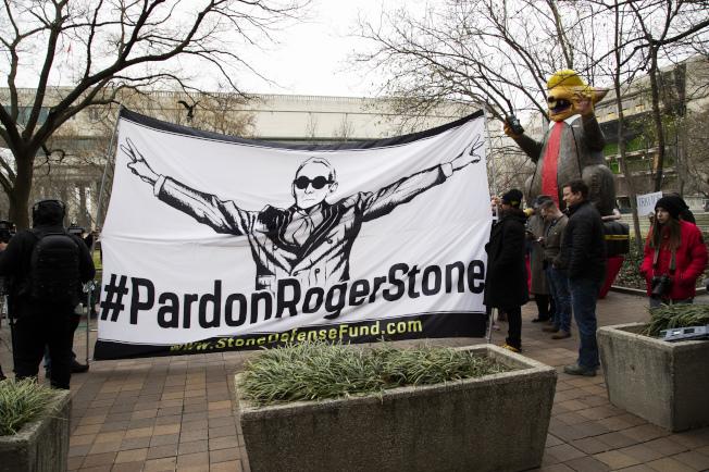支持者在華府聯邦法院舉起布幅要求特赦史東。(美聯社)