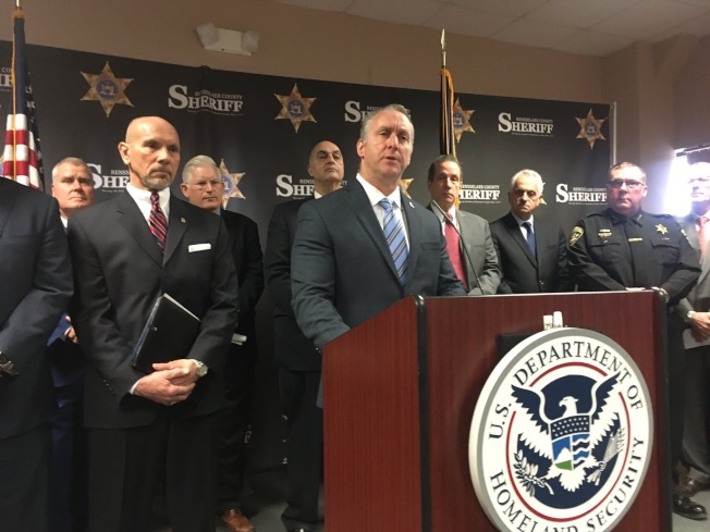 ICE代理局長艾本斯(講話者)20日在紐約上州,批綠燈法威脅美國安全。(取自ICE推特)