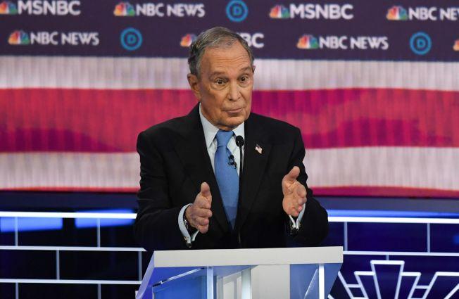 初登黨內辯論舞台的前紐約市長彭博,面對其他參選人的砲火,招架無力。(Getty Images)