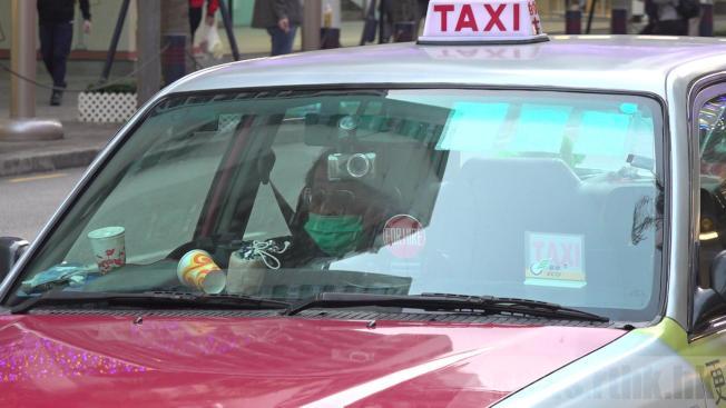 有的士司機憂心,戴口罩都未必能完全防範病毒。(取材自香港電台)