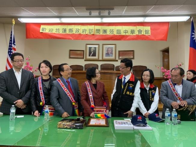 台灣花蓮縣政府代表團贈送中華會館年刊和帽子,花蓮代表團則回贈情人袋和米茶等表達情意,賓主盡歡。(記者楊青/攝影)