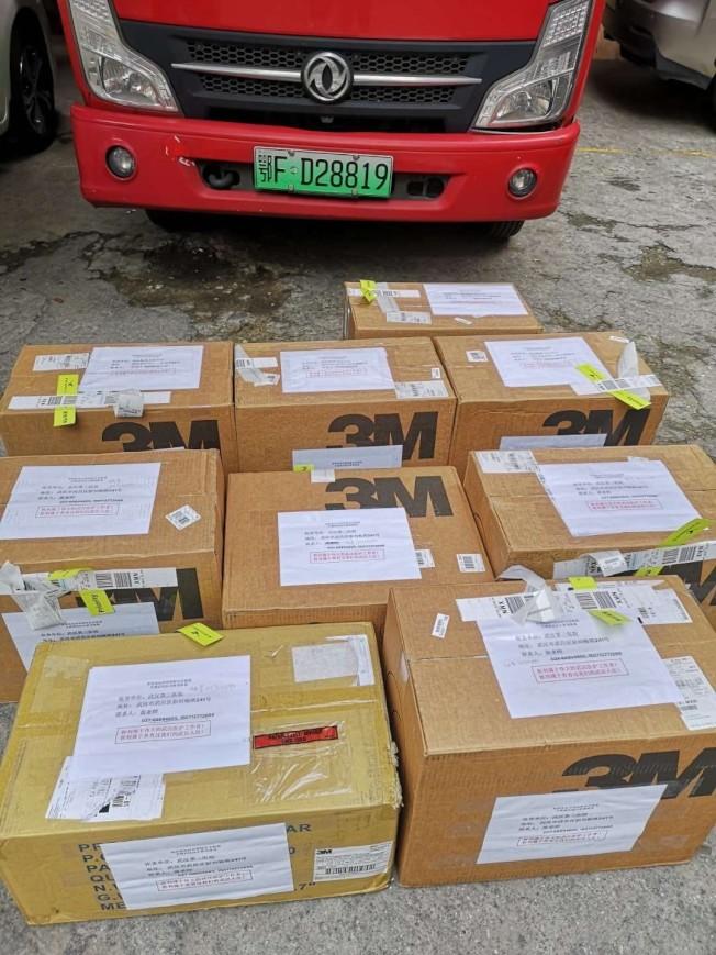 大量口罩等醫用物資郵寄國內。(受訪者提供)
