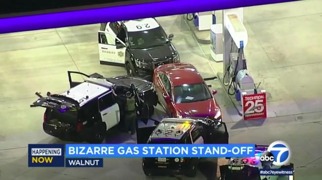 核桃市一處加油站20日傍晚,發生一名男子與警方長達四個多小時對峙。(ABC電視台)
