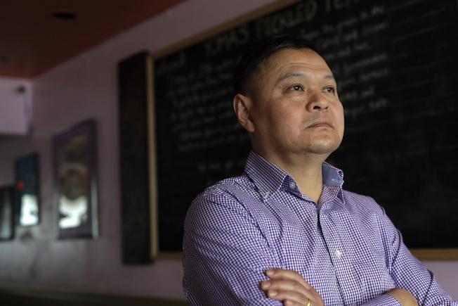 麻州一家緬甸餐館的緬甸裔員工Sai Kyaw表示,他為兄弟和妹妹全家辦親屬移民,等了12年終於進入最後面試的階段,卻接到面試延期通知。政策的變化使他和家人團聚的期待破滅,擔憂可能再等12年。(美聯社)