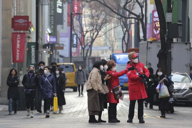 南韓政府表示,新型肺炎疫情超出防疫網,開始在社區全面擴散,讓南韓民眾大為緊張。(美聯社)