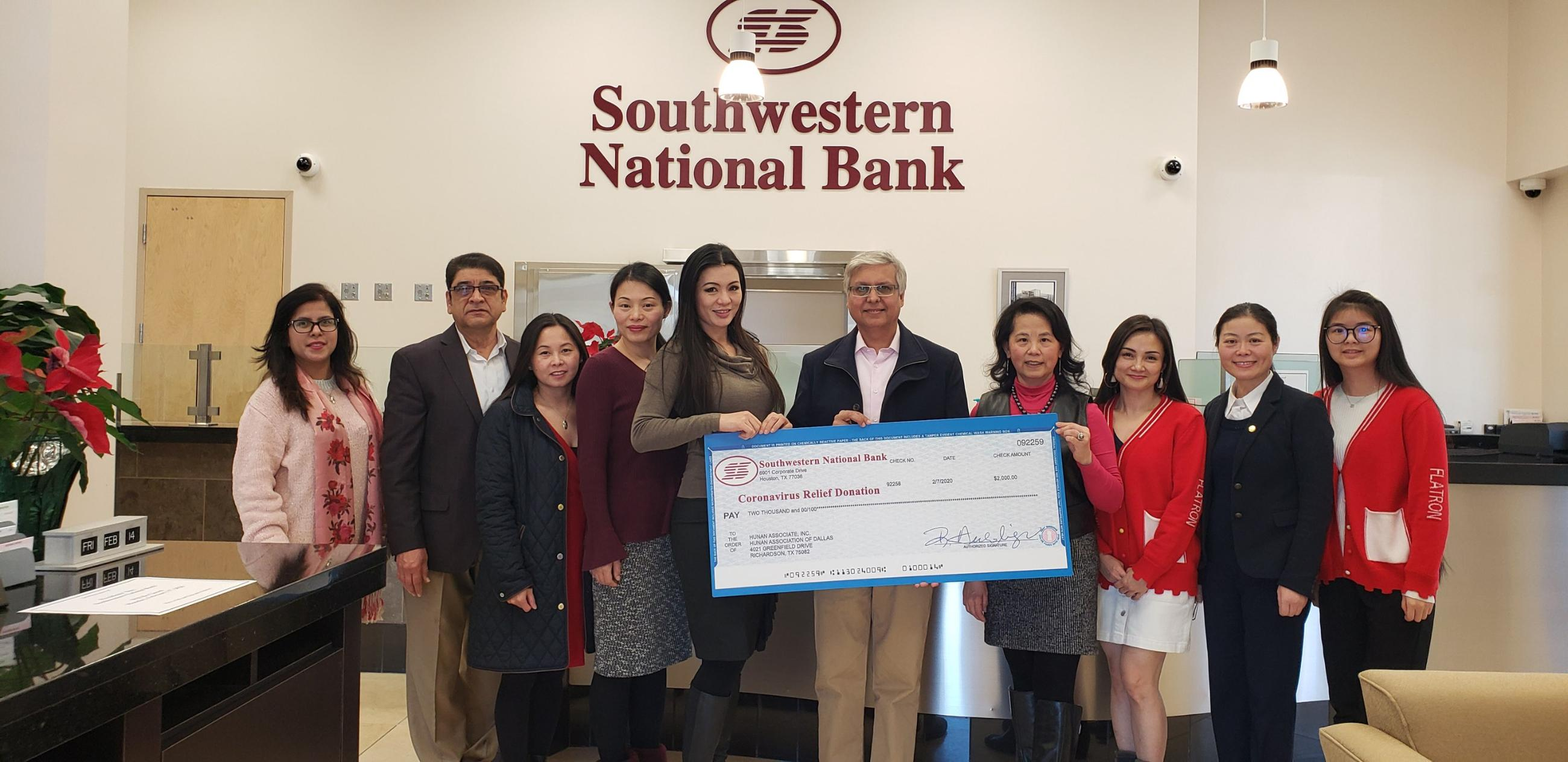 美南銀行總裁Mohammed Younus(右五)和達拉斯地區貸款部經理王海鶯女士(右二)。