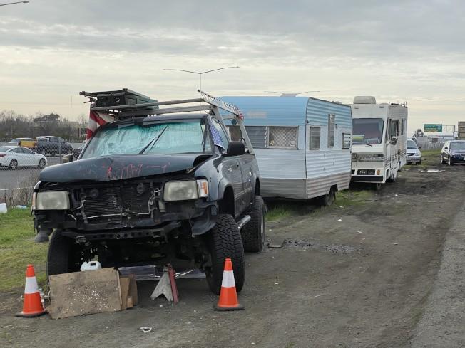 佛利蒙特斯拉附近的遊民與露營車聚集日益嚴重,市府將禁止停車、驅離。(記者李榮/攝影)